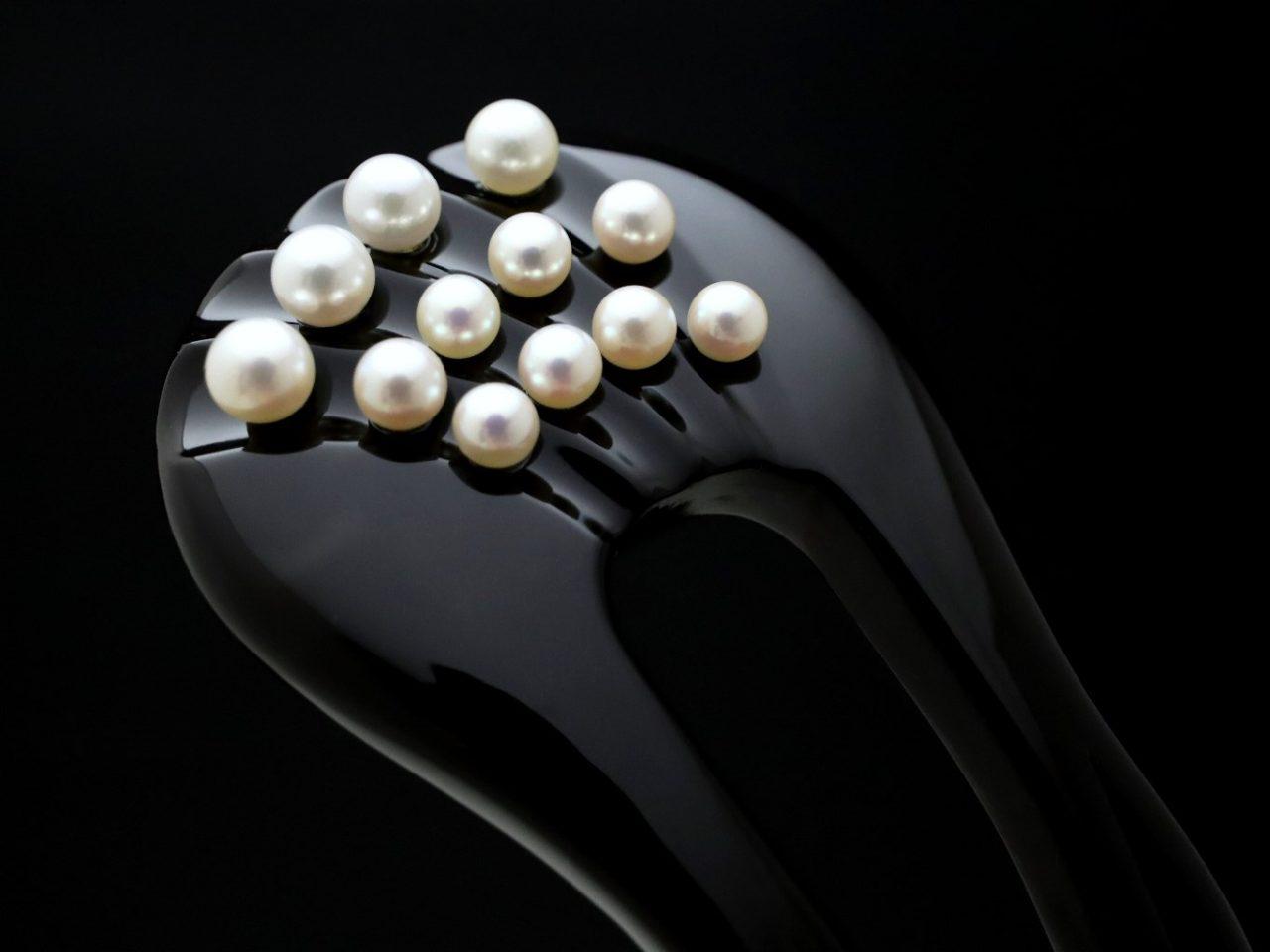 黒留袖、結婚式、おめでたい式典(ハレの日)などにお勧めな礼装用べっ甲かんざし 黒べっ甲アコヤパール12個付きかんざし2020。