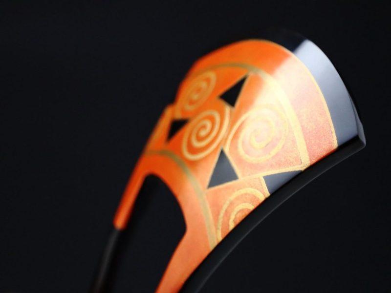 べっ甲幾何学模様朱地金蒔絵かんざし2020|ユニークな意匠の文様。銅鐸文様、渦巻き文、鋸歯文。