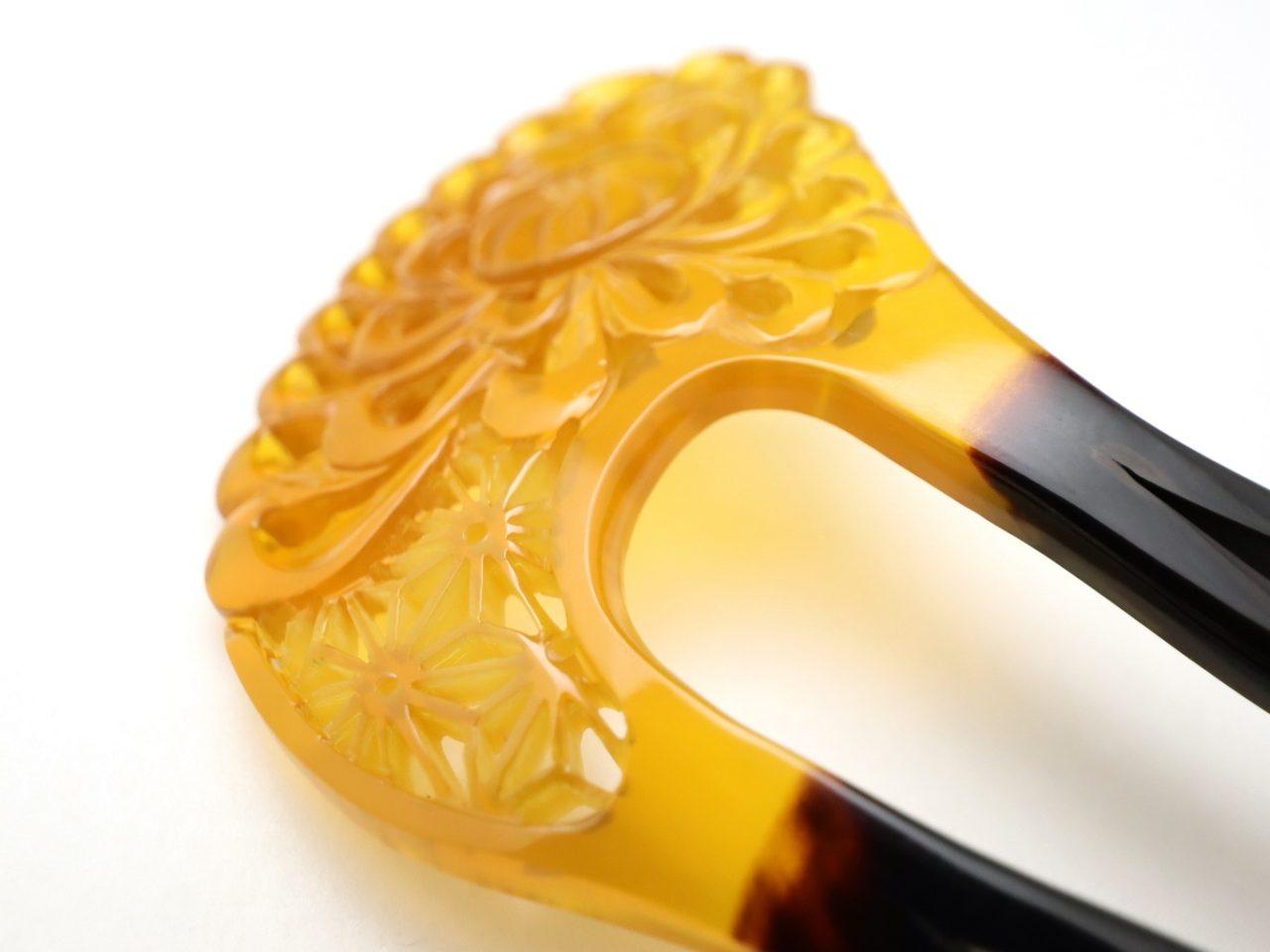 黒留袖、色留袖、訪問着、結婚式など様々な慶事にお勧めなべっ甲かんざし|白べっ甲乱菊麻の葉彫りかんざし2020