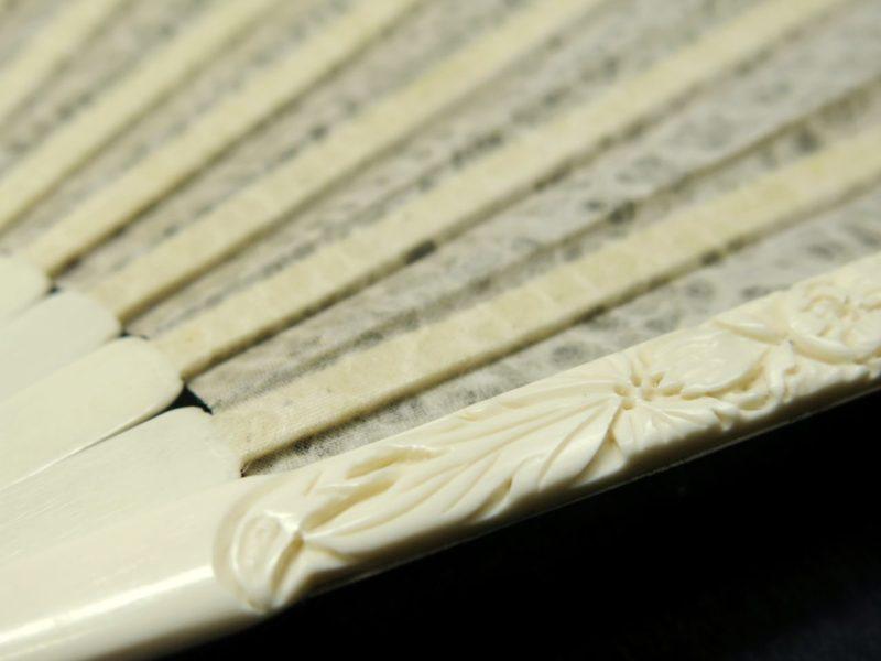 牛こつ手彫り絹張り雲竜紙扇子