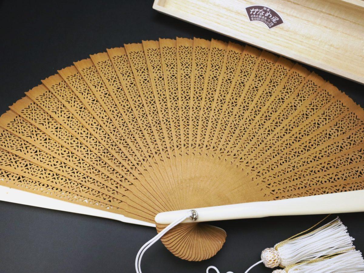 白檀象牙扇子(6寸5分)2021|アロマ香る希少な白檀扇子に手彫り象牙の親骨を組み合わせた贅沢な扇子。