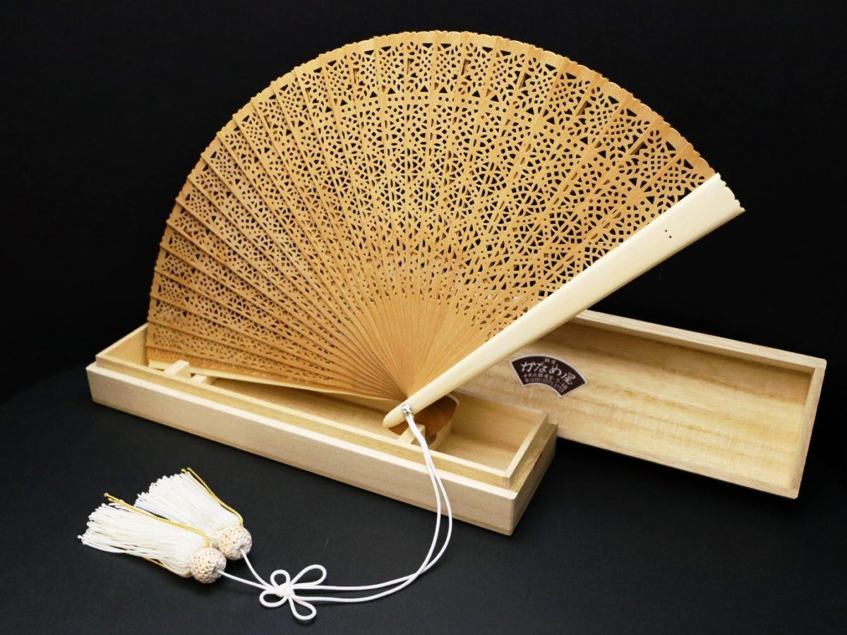 白檀象牙扇子(6寸)2021・2|アロマ香る希少な白檀扇子に手彫り象牙の親骨(透かし彫り入り)を組み合わせた贅沢な扇子。