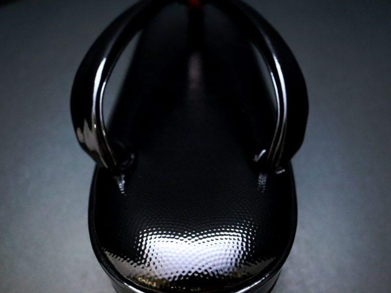 白と黒の粋な草履2020|鮫小紋の牛革型押し五分三枚、シンプルで履きやすい草履。